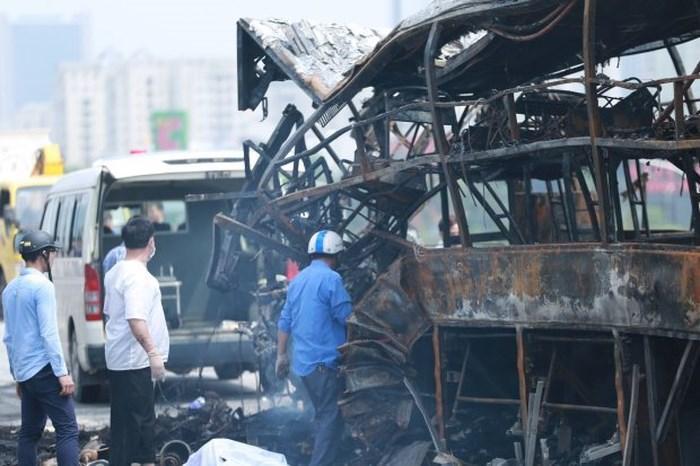 Cú đâm mạnh khiến xe khách giường nằm bốc cháy dữ dội. Thời điểm xảy ra tai nạn, trên xe khách có khoảng 30 người, nhiều người kịp chạy thoát thân. Tuy nhiên, một người phụ nữ trên xe do bị mắc kẹt nên đã tử vong trên xe khách. Tài xế của chiếc xe này cũng bị thương nặng.