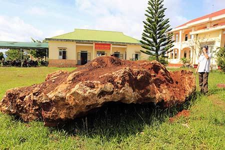 Tảng đá lạ 20 tấn ở Lâm Đồng.