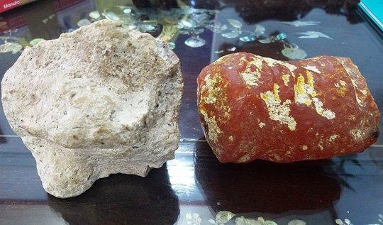 Hai viên đá kì lạ, có mùi thơm như nước hoa. Viên đá màu đỏ hồng có mùi thơm nhẹ hơn viên màu xám.