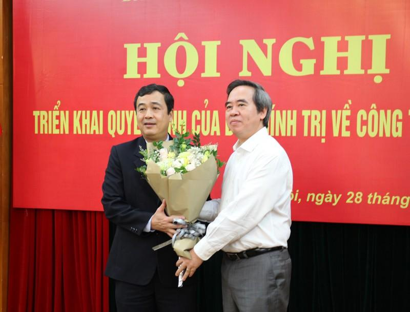 Đồng chí Nguyễn Văn Bình - Ủy viên Bộ Chính trị, Bí thư Trung ương Đảng, Trưởng Ban Kinh tế Trung ương chúc mừng đồng chí Ngô Đông Hải. (Ảnh: HH)