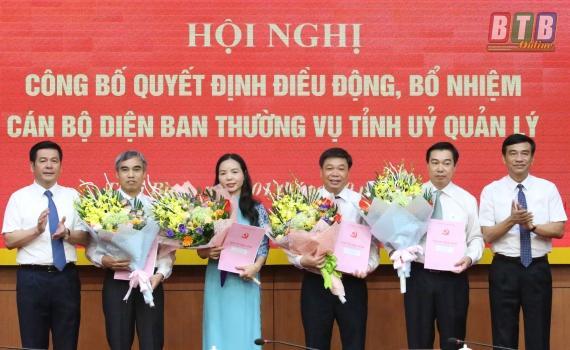 Lãnh đạo tỉnh Thái Bình trao quyết định và tặng hoa các cán bộ được điều động, bổ nhiệm. Ảnh: Báo Thái Bình