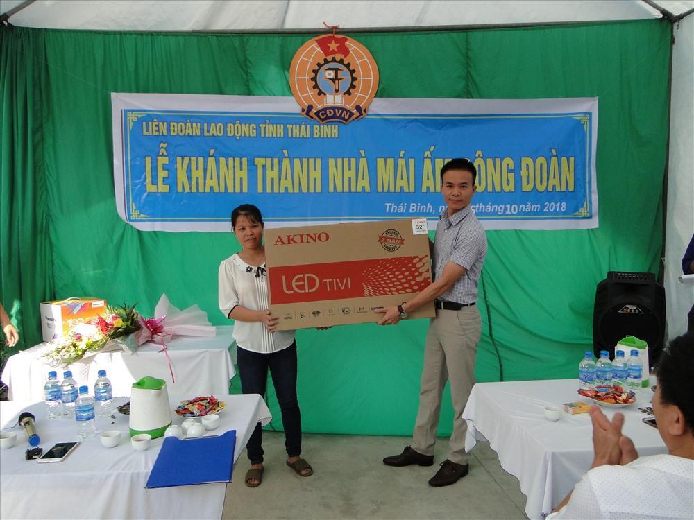Đại diện BGĐ Cty TNHH Ha Hae VN trao quà cho đoàn viên Cty.