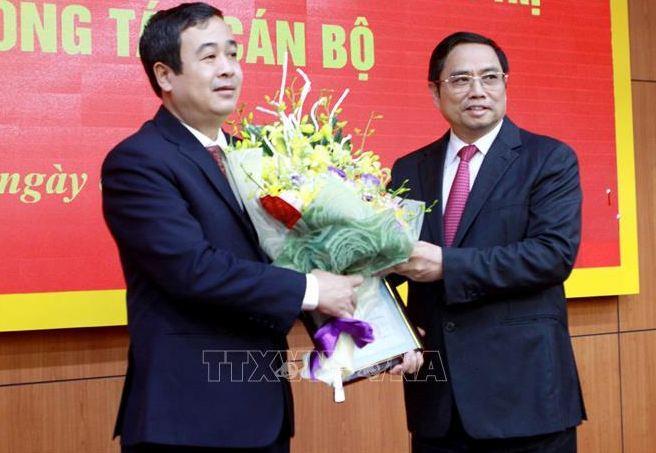 Đồng chí Phạm Minh Chính (bên phải), Uỷ viên Bộ Chính trị, Bí thư Trung ương Đảng, Trưởng Ban Tổ chức Trung ương trao Quyết định cho đồng chí Ngô Đông Hải (bên trái). Ảnh: Thế Duyệt/TTXVN
