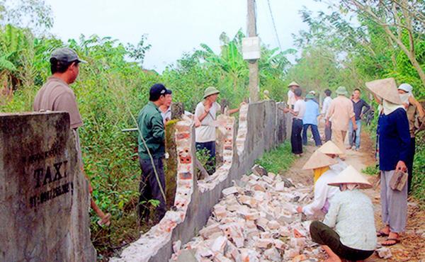 Nhân dân xã Tây Phong phá dỡ tường rào hiến đất XDNTM.