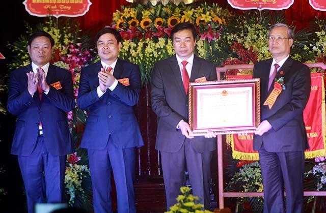 Đồng chí Trần Quốc Vượng trao Huân chương Lao động hạng Nhất cho Đảng bộ, chính quyền và nhân dân huyện Tiền Hải.