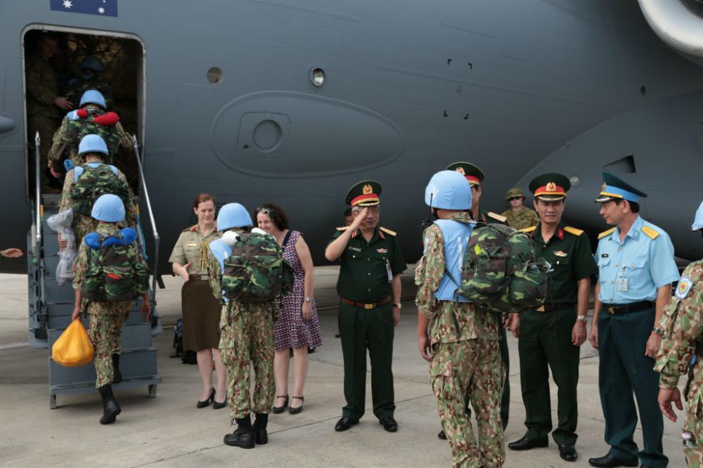 Thượng tướng Nguyễn Chí Vịnh tiễn các cán bộ, chiến sĩ lên đường. Ảnh Hoàng Long