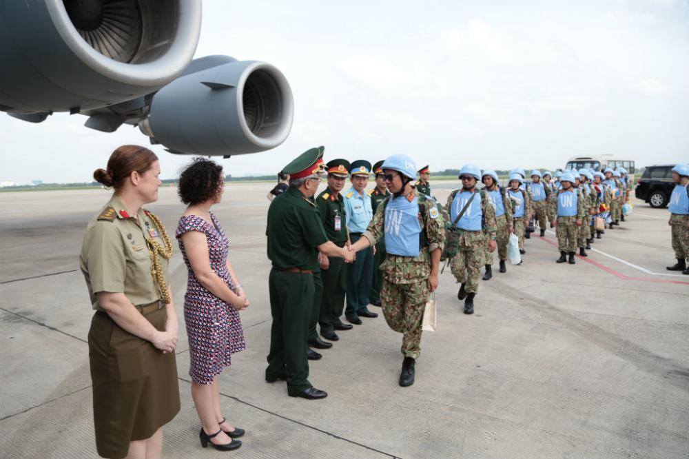 Máy bay quân sự C-17 do Australia hỗ trợ, đưa các cán bộ, chiến sĩ lên đường làm nhiệm vụ. Ảnh Hoàng Long