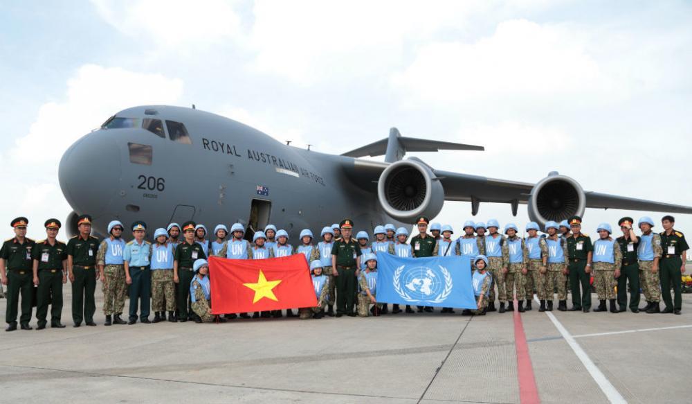 Nhân sự đợt 2 của bệnh viện dã chiến cấp 2 số 1 lên đường sang Nam Sudan sáng nay. Ảnh Hoàng Long