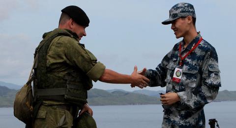 Quân nhân Nga và Trung Quốc bắt tay trong khuôn khổ cuộc tập trận chung mang tên Liên hợp trên biển