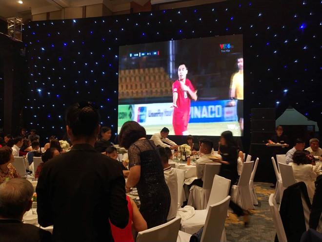 Màn hình lớn trực tiếp trận bán kết lượt đi giữa Việt Nam - Philippines trong lễ cưới Á hậu Thanh Tú. Ảnh: Mi Ly.