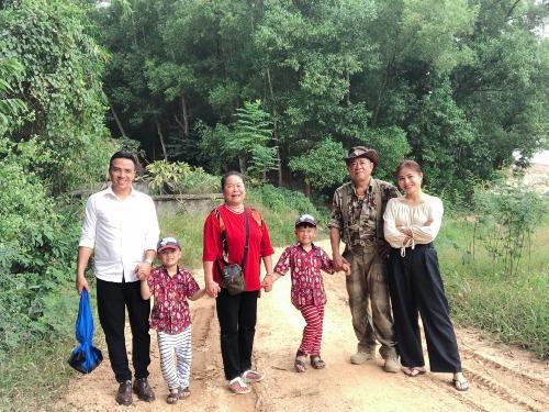 MC Hoàng Linh cùng chồng sắp cưới và hai con về thăm quê ngoại.