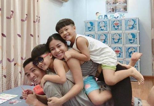 Mạnh Hùng có mối quan hệ thân thiết với hai con riêng của vợ.