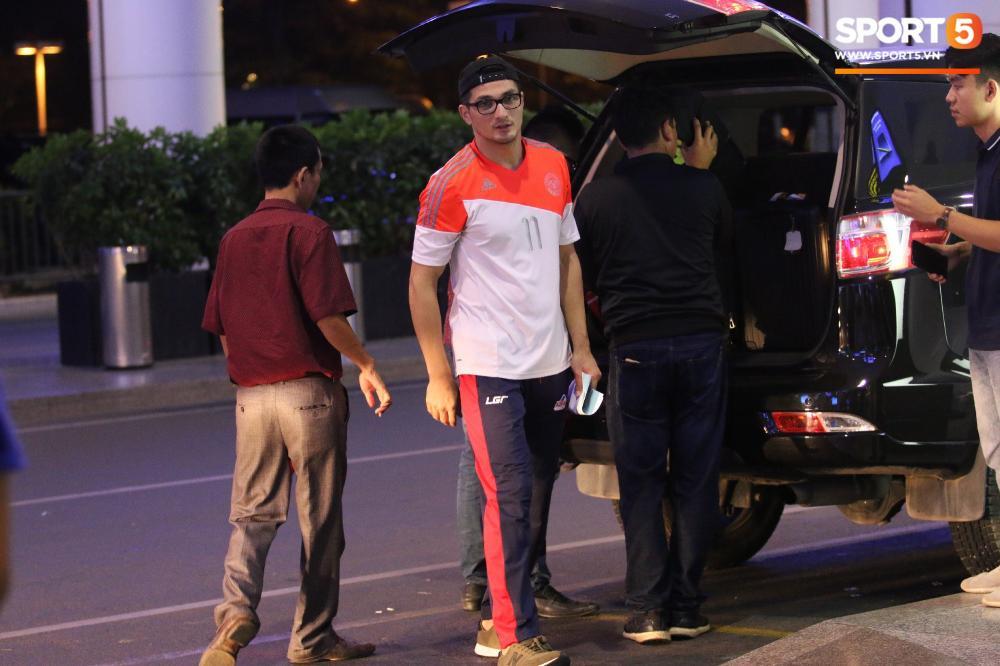Anh chàng phải di chuyển bằng taxi riêng sau khi cả đội đã rời sân bay trước đó.