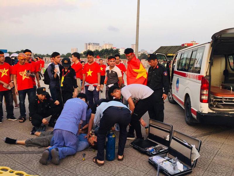 Một CĐV bị đột quỵ khi vừa vào cổng SVĐ Mỹ Đình được các cán bộ y tế cấp cứu