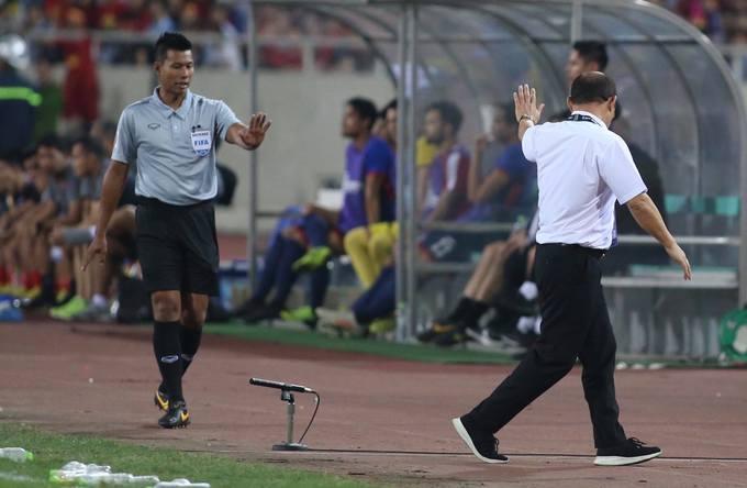 Thấy Văn Hậu có thể tiếp tục thi đấu, HLV Park không tiếp tục tranh cãi. HLV tuyển Việt Nam luôn đấu tranh cho các học trò và không ngại khiếu nại với trọng tài ở những tình huống va chạm. Hồi đầu giải, ông Park từng lời qua tiếng lại với HLV của Myanmar sau khi ông này yêu cầu trọng tài phạt thẻ Công Phượng.