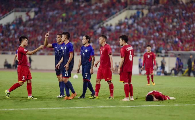 Phút 43, Văn Hậu bất ngờ nằm sân trong tình huống Philippines chuẩn bị thực hiện quả đá phạt. Cầu thủ Aguinaldo của đội bạn trong tình huống xếp hàng rào có pha bóng tiểu xảo với cầu thủ Việt Nam.