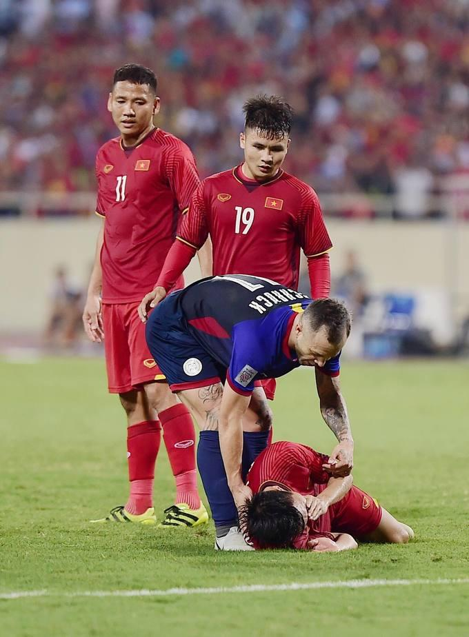 Trận đấu tạm dừng ít phút để trọng tài chính hội ý trọng tài biên. Sau đó ông quyết định không thổi phạt mà để trận đấu tiếp tục diễn ra.