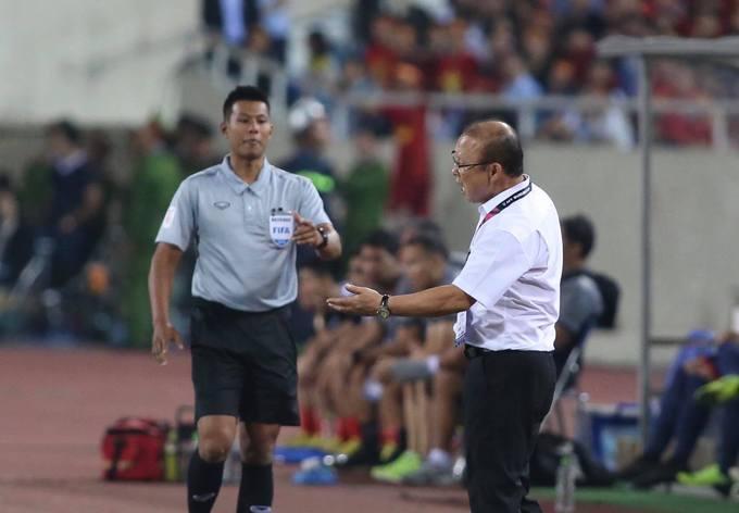Bên ngoài đường biên, HLV Park Hang-seo khiếu nại với trọng tài phải phạt cầu thủ Philippines. Ông phản ứng gay gắt khi thấy học trò bị chơi xấu.