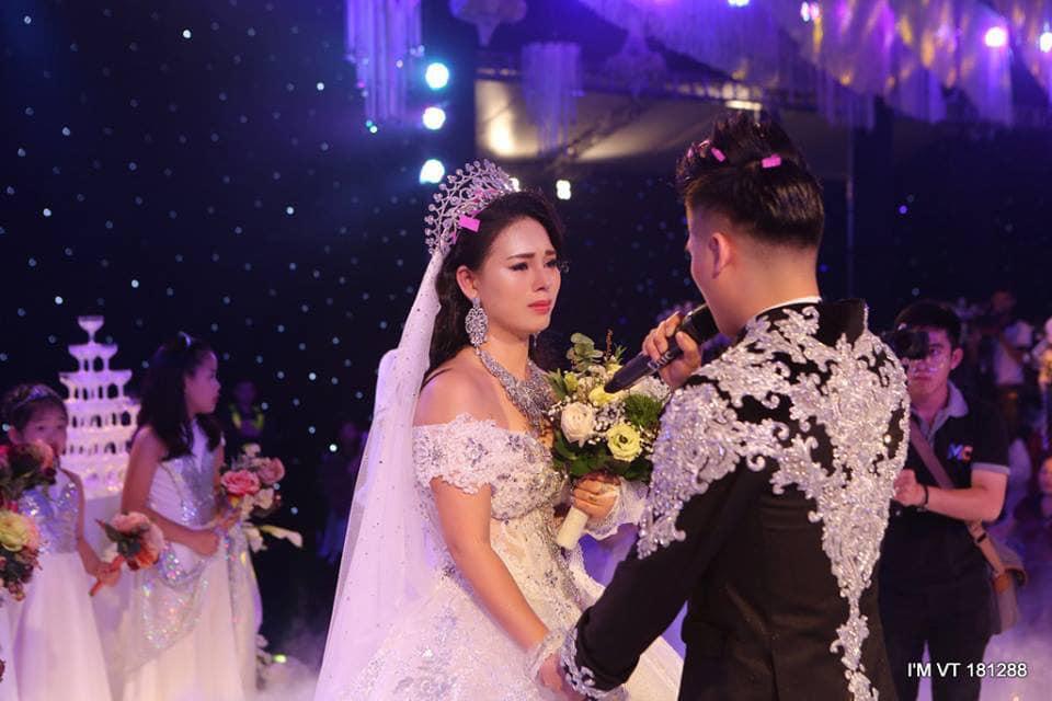Tuổi gần 30, sau 13 năm yêu, 7 năm nuôi con, bà mẹ Thúy Trà lần đầu được mặc váy cưới.