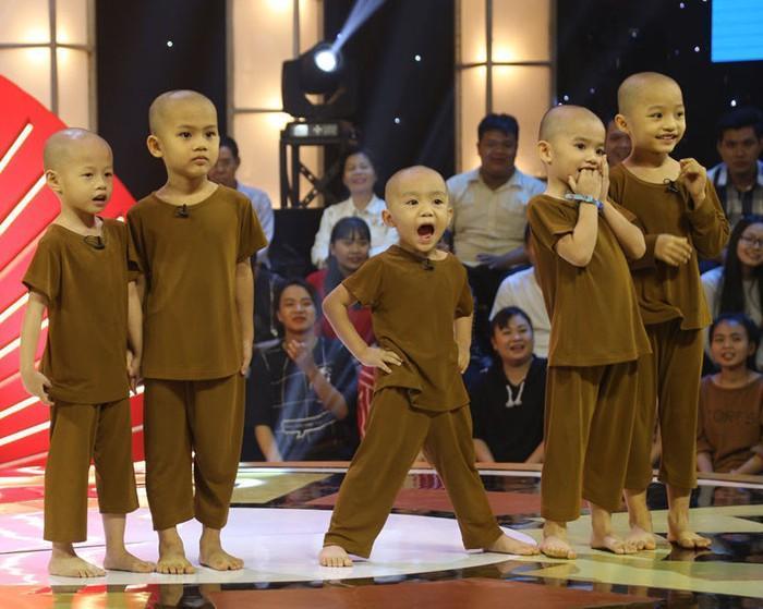 """5 chú tiểu tại chương trình """"Thách thức danh hài"""". Ảnh: Internet"""