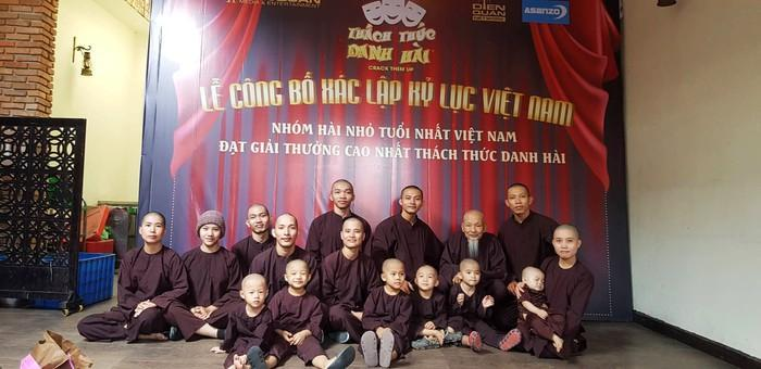 """5 chú tiểu đã đạt kỷ lục """"Nhóm hài nhỏ tuổi nhất Việt Nam đạt giải thưởng cao nhất Thách thức danh hài"""". Ảnh: Internet"""