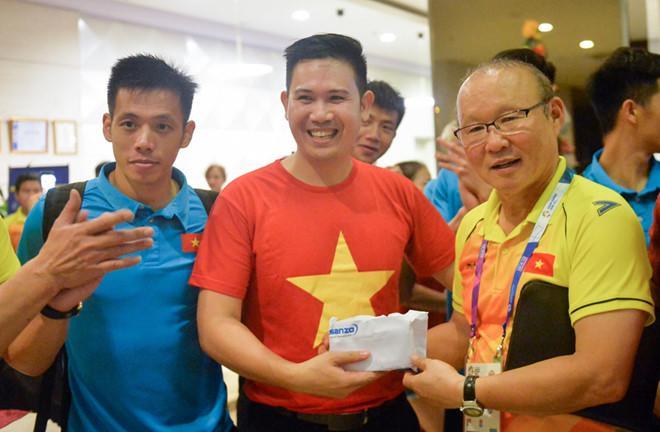 Ông Phạm Văn Tam trao thưởng cho Olympic Việt Nam sau trận gặp Syria tại ASIAD hồi tháng 8. Ảnh: Việt Hùng.