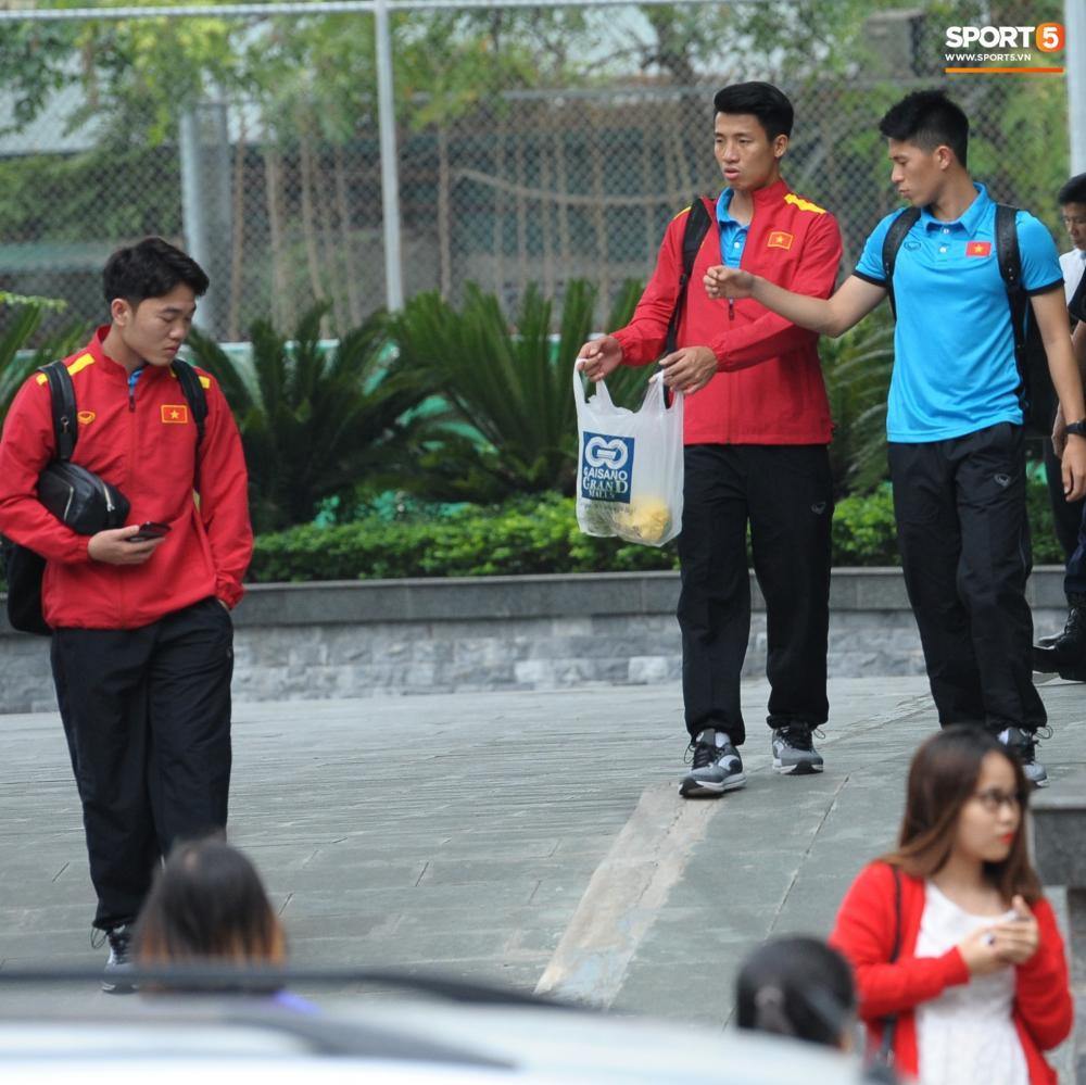 Các cầu thủ được fan đến khách sạn tiễn và tặng đồ ăn. Tiến Dũng chia số hoa quả được nhận cho Đình Trọng và Xuân Trường. Tuy nhiên, tiền vệ người Tuyên Quang đã từ chối.