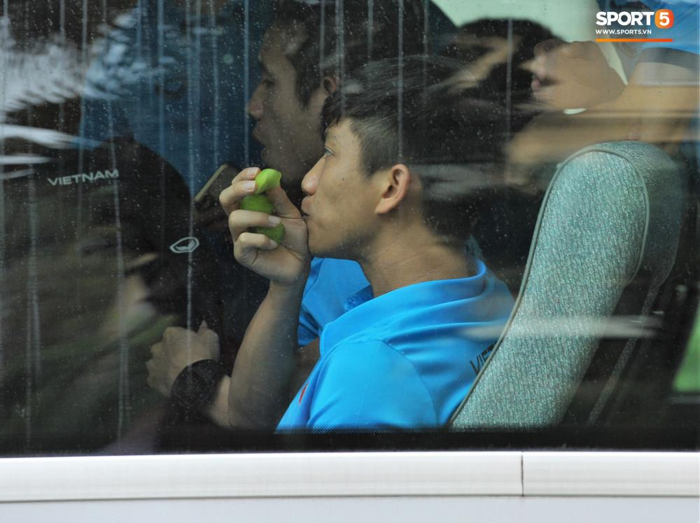 Các cầu thủ đều cầm theo đồ ăn nhẹ, hoa quả khi lên xe để chuẩn bị cho hành trình dài di chuyển tới Kuala Lumpur.