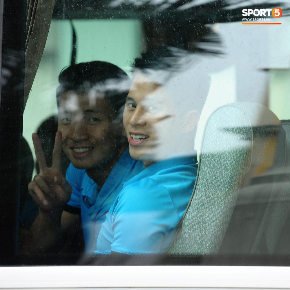 Đình Trọng, Tiến Dũng cũng tươi rói trên xe bus. Các cầu thủ tỏ ra khá thoải mái trước chuyến làm khách đến sân Bukit Jalil, Malaysia.