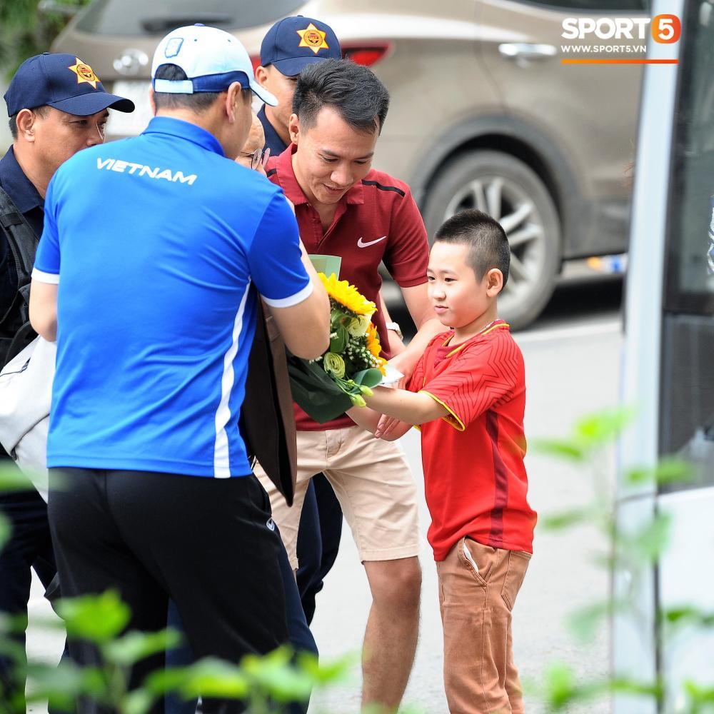 HLV Park Hang-seo ra xe sau cùng. Ông được fan nhí tặng bó hoa chúc mừng toàn đội.