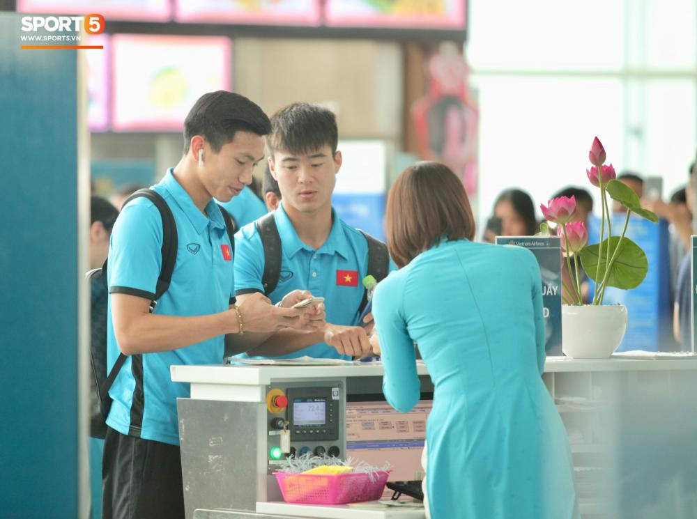 Sau nửa tiếng di chuyển, toàn đội đã có mặt tại sân bay Nội Bài làm thủ tục.
