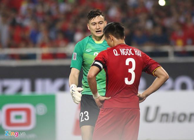 Văn Lâm và Ngọc Hải có một trận đấu khá vất vả trước đội tuyển Philippines. Ảnh: Quang Thịnh.