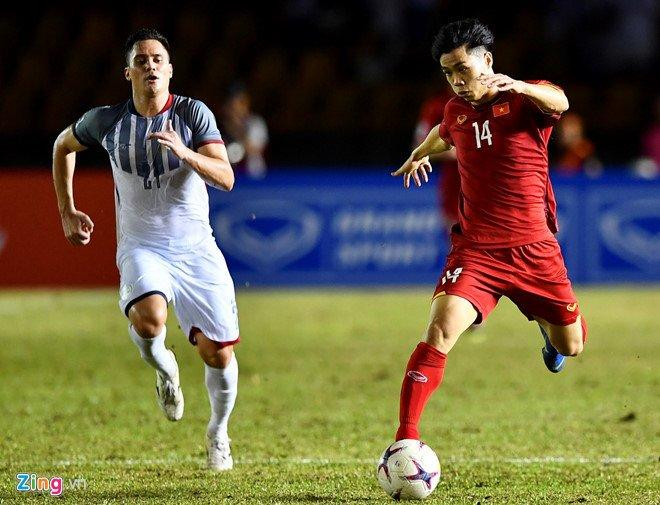 Tiền đạo Công Phượng nhận thẻ vàng ngay sau khi vừa vào sân trận gặp Philippines.Ảnh: Zing