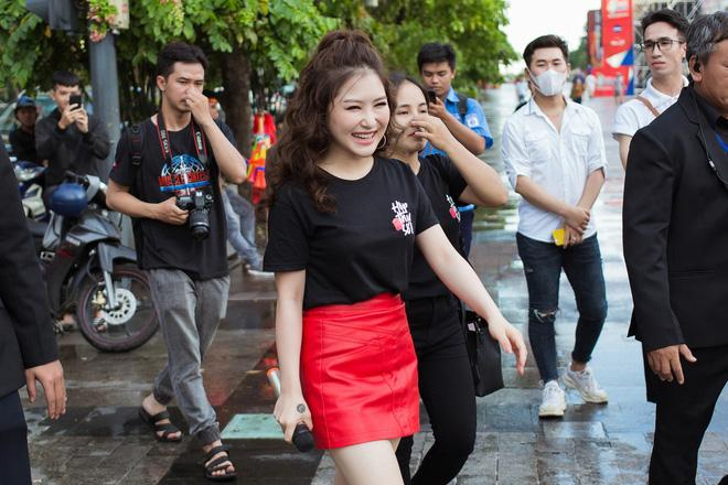 """Sau đợt nhận thư tay tại Hà Nội, Hương Tràm tiếp tục có mặt tại Phố đi bộ Nguyễn Huệ để gặp gỡ fans và nhận những lá thư tay gửi về """"Hộp thư số 1""""."""