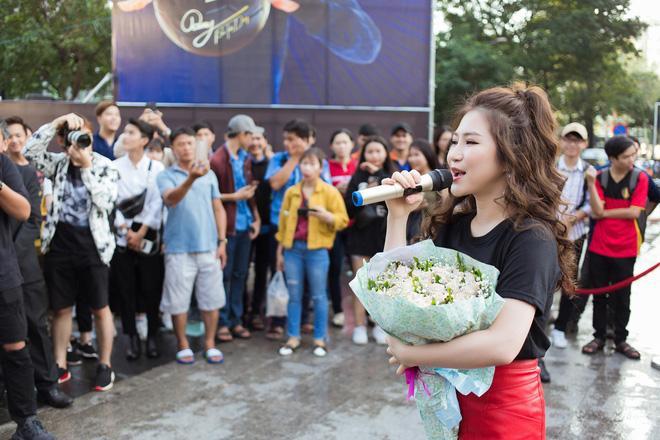Giữa buổi chiều có một cơn mưa khá lớn đột ngột đổ xuống nhưng fans vẫn đứng đợi Hương Tràm cho đến khi nữ ca sỹ xuất hiện.