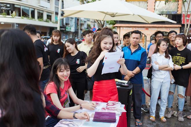 Dù ít khi thể hiện nhưng Hương Tràm luôn theo dõi các trận đấu của đội tuyển Việt Nam. Cô có niềm đam mê mãnh liệt với môn thể thao vua nhưng tự nhận chỉ là