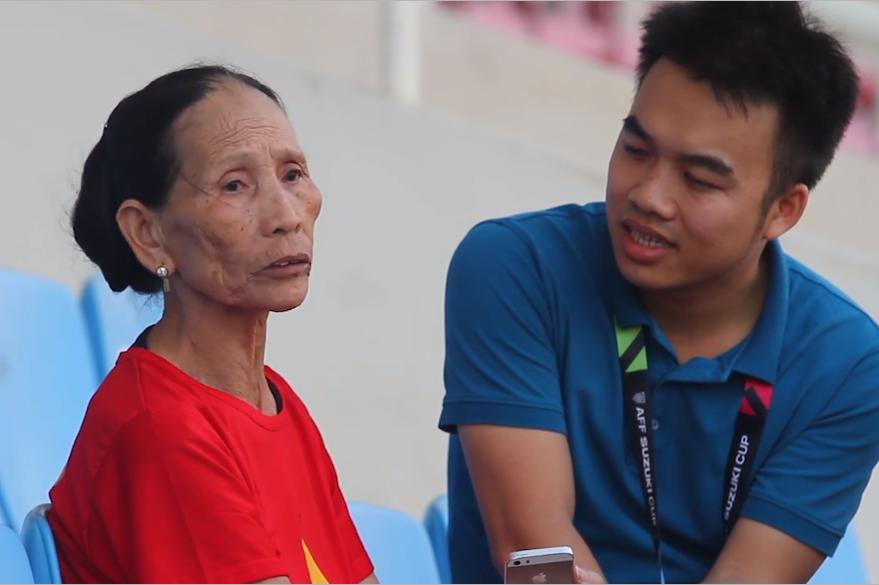 Bà nội Phan Văn Đức thương cháu có tuổi thơ cơ cực, thiếu thốn tình thương của bố và mẹ - Ảnh: Internet