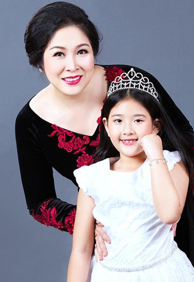 Hồng Vân mang thai tiểu công chúa Bí Ngô khi đã ngoại tứ tuần.