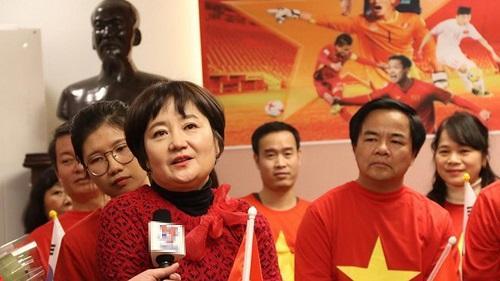 Bà Choi Song-a thầm lặng ủng hộ phía sau HLV Park hang-seo. Ảnh: Vietnamnet