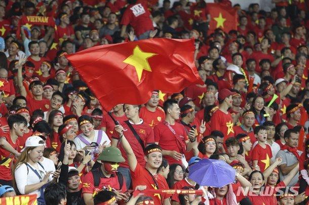 Truyền thông quê nhà thầy Park nhìn nhận, sắc đỏ đang nắm lợi thế nên người hâm mộ không có gì phải nặng nề...