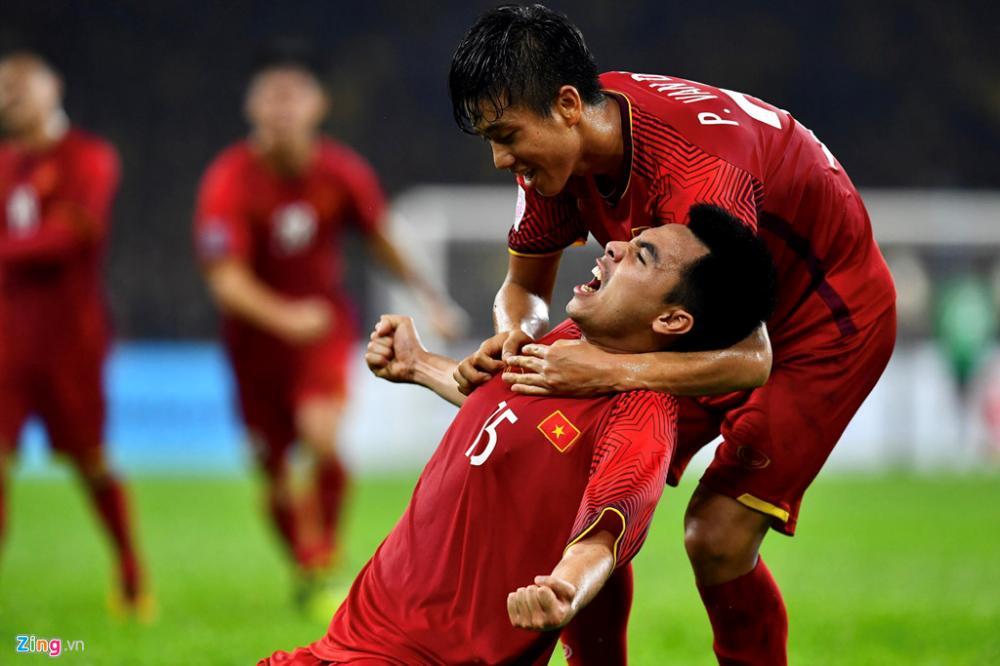 Phút 25 của trận chung kết lượt đi AFF Cup 2018, Đức Huy tung cú sút xa hiểm hóc, đánh bại thủ môn Malaysia đem về bàn thắng nâng tỷ số lên 2-0 cho tuyển Việt Nam. Ảnh: Thuận Thắng.
