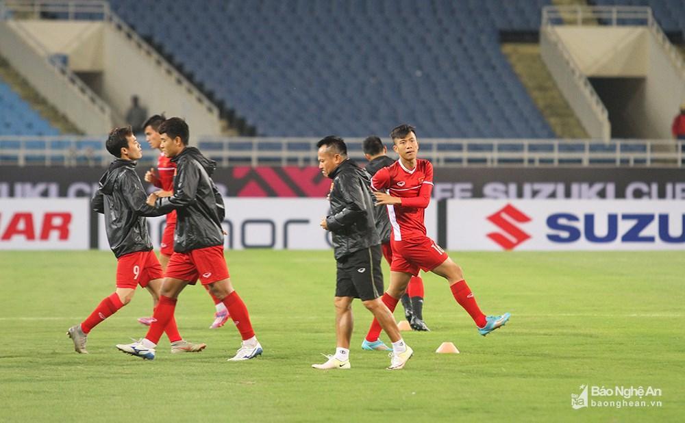 Giữa tiết trời giá rét của Hà Nội, tiền vệ Phan Văn Đức vẫn tự tin với bộ đồ khá gọn gàng, không cần áo khoác để quen hơn với thời tiết khi thi đấu. Ảnh: Trung Kiên