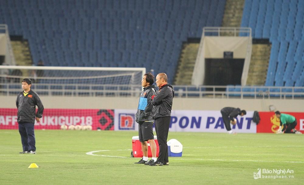 Thầy Park Hang-seo tiếp tục nhận được sự cố vấn đắc lực của trợ lý Lee trước trận chung kết lượt về. Ảnh: Trung Kiên