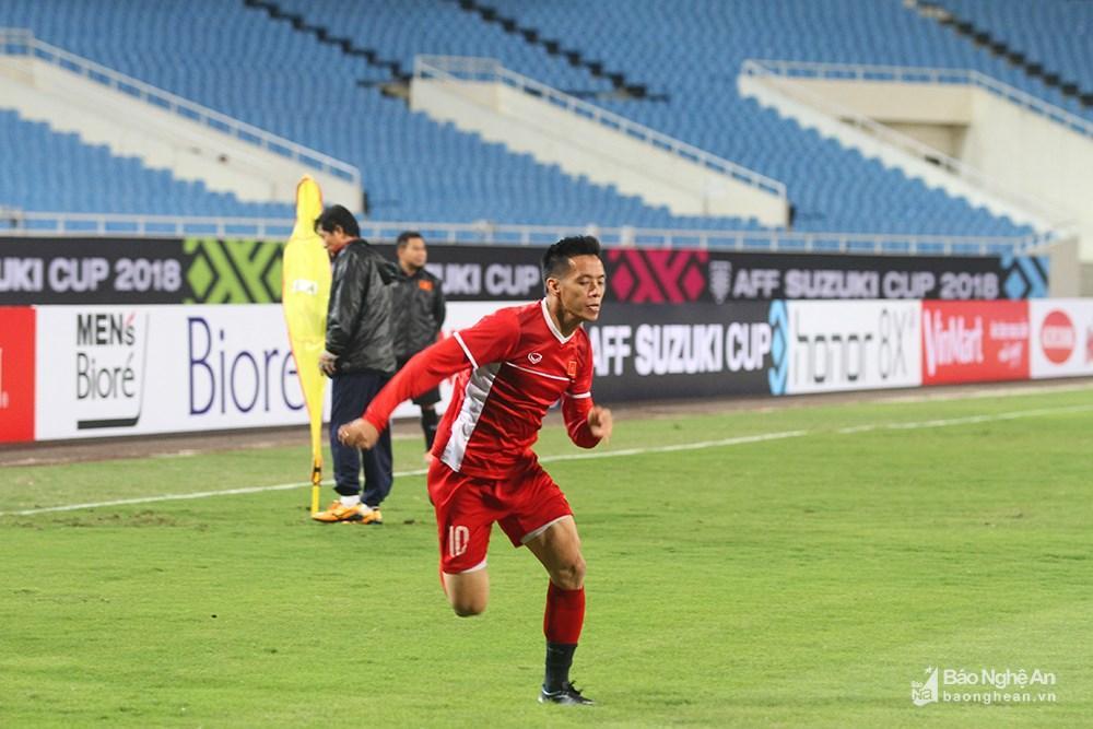 Sau nhiều trận phải ngồi ngoài, Văn Quyết vẫn nỗ lực tìm kiếm cơ hội ra sân trong trận đấu ngày mai. Nếu Việt Nam sớm có bàn thắng, rất có thể đội trưởng ĐT Việt Nam sẽ vào sân để phát huy kinh nghiệm của mình. Ảnh: Trung Kiên