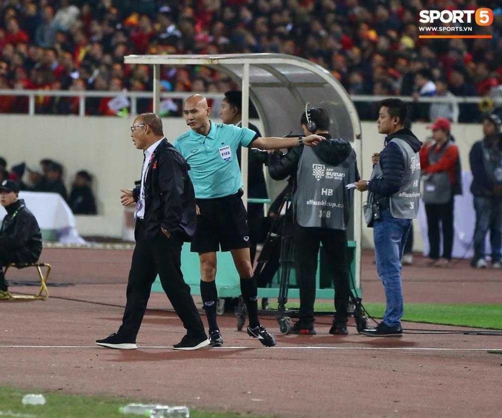 Trọng tài bàn yêu cầu ông Park Hang-seo về chỗ. Ảnh: Hiếu Lương.