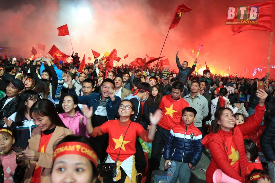 Ngay sau khi trọng tài thổi còi kết thúc trận đấu, hàng vạn người hâm mộ diễu hành trên đường phố thành phố Thái Bình ăn mừng chiến thắng.