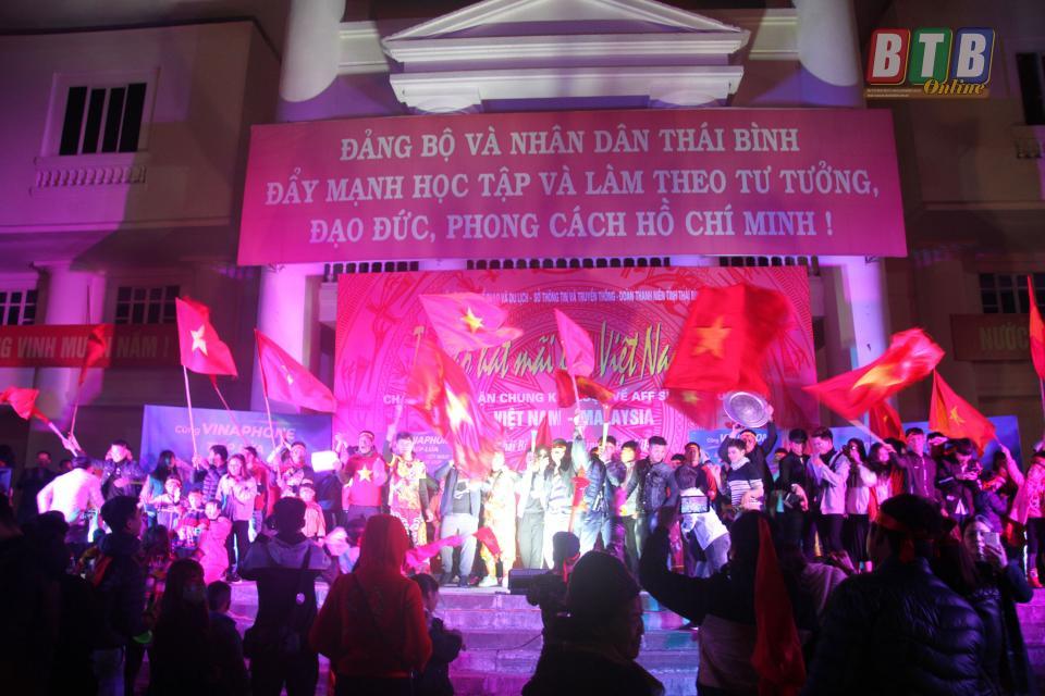 Người hâm mộ tiếp lửa cho đội tuyển Việt Nam trên sân khấu tại Quảng trường 14.10.