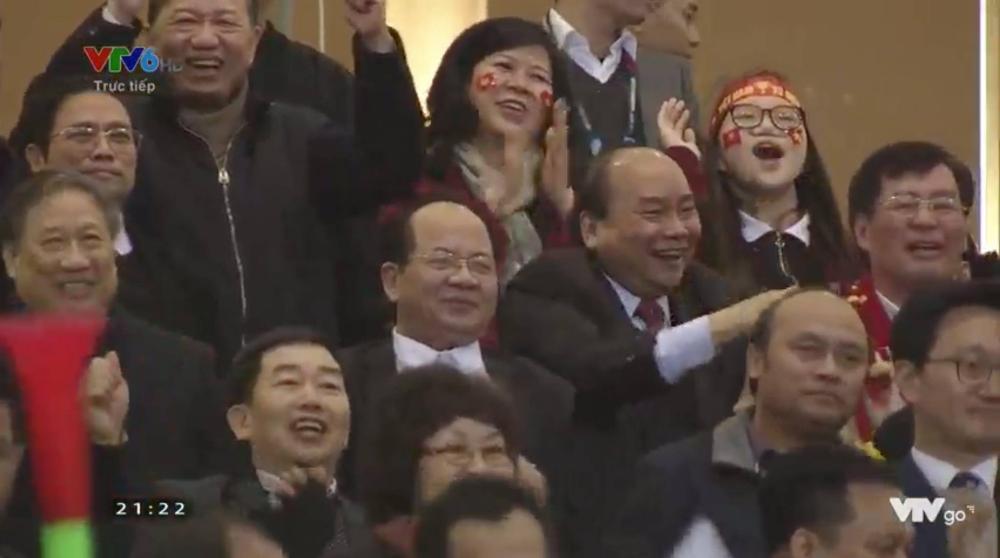 Thủ tướng Nguyễn Xuân Phúc hoà trong không khí sôi động với các CĐV trên khán đài