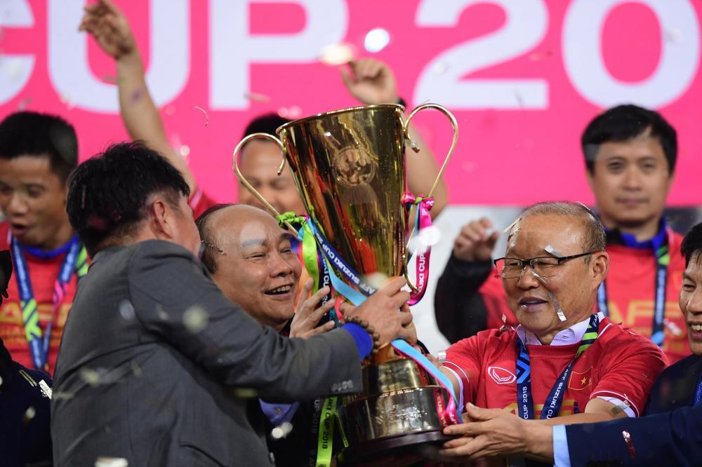 Khoảnh khắc Thủ tướng Nguyễn Xuân Phúc và HLV Park Hang Seo cười rạng rỡ, cùng giơ cao cúp vàng vô địch