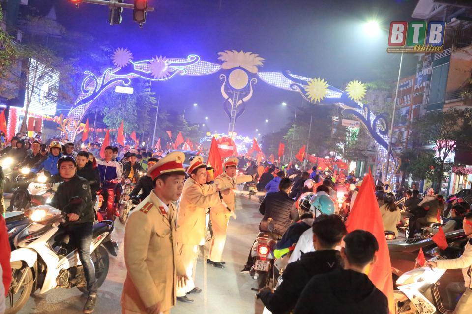 Lực lượng Công an đảm bảo an toàn giao thông cho người hâm mộ xuống đường diễu hành mừng chiến thắng.